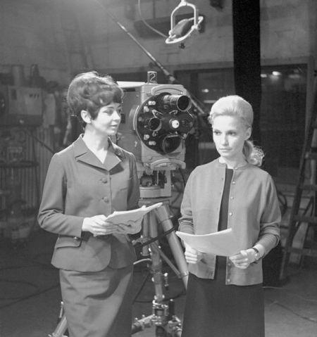 Piękne kobiety i straszne maszyny, czyli spikerki (z prawej Edyta Wojtczak) przed wejściem na antenę, 1967r. (fot.TVP)