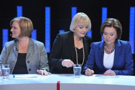 Ostatnie ustalenia przed rozpoczęciem debaty (fot. Ireneusz Sobieszczuk/TVP) (c)
