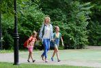Iga jest kochająca matką, często spaceruje ze swoimi córeczkami Helenką i Oliwią (fot. Aleksandra Mecwaldowska)
