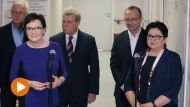 Premier Ewa Kopacz (L) i minister spraw wewnętrznych Teresa Piotrowska (P), podczas wizyty na Oddziale Geriatrii szpitala MSW w Bydgoszczy (fot. PAP/Radek Pietruszka)