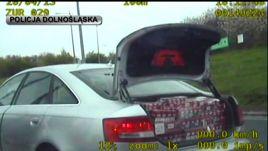 W zatrzymanym audi  26-letni mieszkaniec Radomia przewoził 120 tys. sztuk papierosów bez akcyzy (fot. policja dolnośląska)