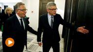 Przewodniczący Komisji Weneckiej Gianni Buquicchio (L) oraz marszałek Senatu Stanisław Karczewski (C) (fot. PAP/Tomasz Gzell)