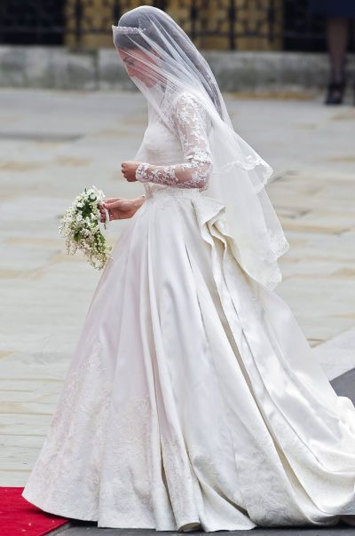 Ślubna kreacja Kate Middleton przypomina inną legendarną suknię – księżnej Grace Kelly (fot. PAP)