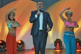 Artur Andrus w otoczeniu pięknych, egzotycznych kobiet (fot. Jan Bogacz/TVP) (c)
