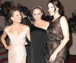 Kate Hudson, Stella McCartney i Liv Tyler (od lewej) pozują na czerwonym dywanie (fot. PAP/EPA/JUSTIN LANE)