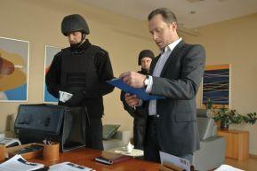 Jerzy beztrosko oddaje pieniądze (fot. G. Gołębiowski) (c)