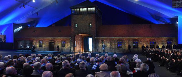 Brama główna obozu Auschwitz-Birkenau (fot. PAP/Jacek Bednarczyk)