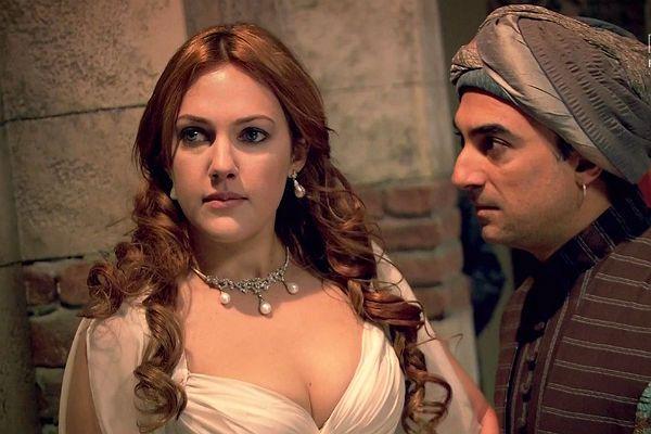 Aleksandra jest wściekła, że żona sułtana nie dopuściła do jej wizyty w alkowie władcy (fot. TVP)