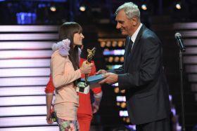 Sylwia Grzeszczak odebrała z rąk Wiktora Zborowskiego nagrodę dla SuperArtystki (fot. Ireneusz Sobieszczuk) (c)