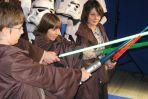 Ksawery, Benio i Bartek uczą się walki na miecze świetlne (fot. TVP)