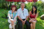 Z żoną i córką pod parasolem (fot. Picaresque TVP)