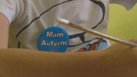 Rodzice dzieci chorych na autyzm postanowili oznaczyć swoje dzieci niebieskimi znaczkami.