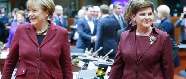 Do spotkania kanclerz Merkel (L) i premier Beaty Szydło (P) doszło podczas szczytu EU-Turcja w Brukseli, 29 listopada 2015 (fot. arch. PAP/EPA/OLIVIER HOSLET)
