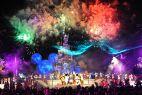 Bajecznie kolorowe fajerwerki nad królestwem rozrywki (fot. PAP/DPA Jens Kalaele)