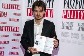 """Dawid Ogrodnik został wyróżniony Paszportem """"Polityki"""" za rolę w filmie """"Chce się żyć"""" (fot. J. Bogacz/TVP) (c)"""