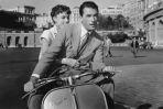 """W """"Rzymskich wakacjach"""" Audrey Hepburn i Gregory Peck przemierzali wieczne miasto na kultowej Vespie."""