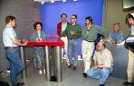 Dziennikarze programu w 1993 r. – w środku w zielonej koszuli Maciej Orłoś (fot. Ireneusz Sobieszczuk/TVP)