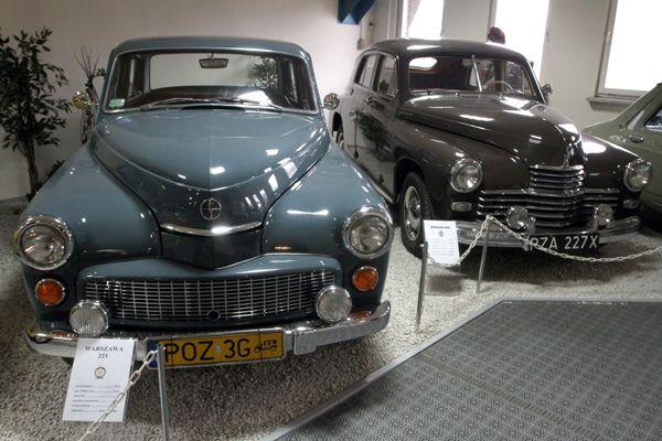 Warszawa 223 z 1970 r po lewej i Warszawa M20 z 1955 r po prawej fot