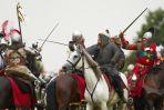 W bitwie uczestniczyli rycerze na koniach... (fot. PAP/Adam Warżawa)