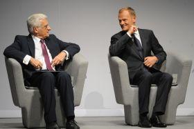 Jerzemu Buzkowi i Donaldowi Tuskowi humory w związku z przejęciem prezydencji dopisywały (fot. Jacek Turczyk/PAP) (c)
