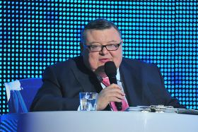 Wojciech Mann z wrodzoną swadą poprowadził koncert (fot. Jan Bogacz/TVP) (c)