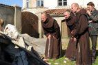 Mnisi dokonają jednak wstrząsającego odkrycia (fot. K. Wellman/TVP)