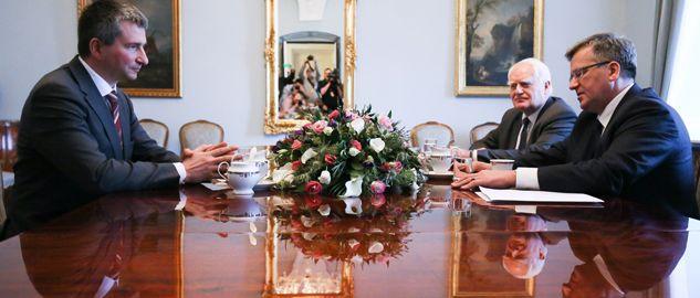 Prezydent Bronisław Komorowski (L) i minister finansów Mateusz Szczurek (P)