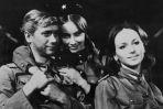 """O względy Janka Kosa zabiegały obydwie, i Lidka, i Marusia (Pola Raksa). W kultowym serialu z 1966 r. """"Czterej pancerni i pies"""""""