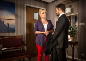 Joanna stara się przekonać Jerzego do zamocowania półki w łazience (fot. Wojciech Radwański/TVP) (c)