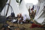 Przygotowanie zbroi przed bitwą (fot. PAP/Adam Warżawa)