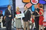 Minister Elżbieta Bieńkowska wręczyła zwycięzcy główną nagrodę, któą Adam Bielan przekazał na cel charytatywny (fot. I.Sobieszcz