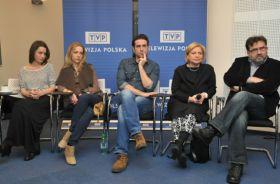 Aktorzy wraz z reżyserką Magdaleną Łazarkiewicz oraz dyrektorem TVP2 Jerzym Kapuścińskim (fot. I. Sobieszczuk/TVP) (c)