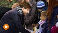 Premier Beata Szydło (L) wręcza pluszaki dzieciom uchodźców polskiego pochodzenia ze wschodniej Ukrainy (fot. PAP/Adam Warżawa)
