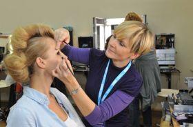 Zanim debiutanci i gwiazdy wejdą na scenę, oddają się w złote ręce makijażystek... (fot. TVP/J.Bogacz) (c)
