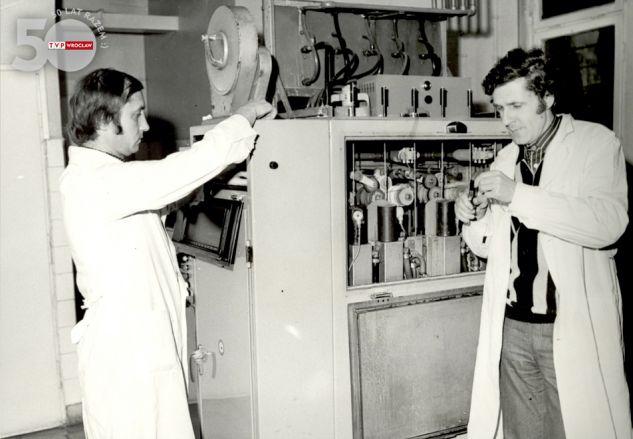 Telekino – lata 60. Po wywołaniu kliszy umieszczano ją w specjalnym urządzeniu, które umożliwiało emisję w formie elektronicznej
