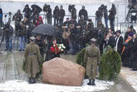 Małżonka prezydenta RP Anna Komorowska składa wieniec przy głazie na miejscu katastrofy (fot. PAP/Wojciech Pacewicz)