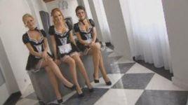 Dziewczyny z zespołu Mirami wcielają się  w pokojówki, a didżeje z Crystal Lake, odgrywają rolę hotelowej służby.