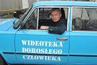 Pan Wojciech za kółkiem klasycznego już dużego Fiata (fot. TVP/J. Bogacz)
