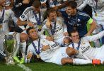 Piłkarze Realu Madryt z trofeum za Superpuchar Europy (fot. Getty Images)
