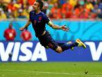 Robin van Persie strzela gola w meczu Holandia – Hiszpania (5:1) (fot. Getty)