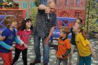 """Dzieci śpiewają z piosenkarzem hit """"Co ty tutaj robisz? (fot. TVP)"""