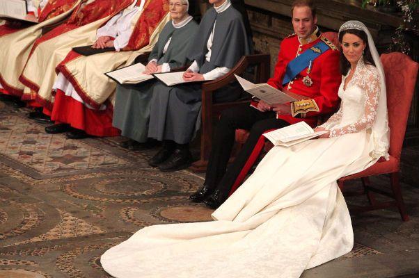 Tren jest znacznie skromniejszy od tego, który niegdyś zaprezentowała matka księcia William - księżna Diana (fot. PAP)