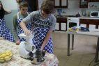 Podczas zajęć uczniowie uczą się obsługi podstawowego sprzętu gospodarstwa domowego... (fot. TVP)