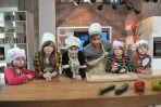 """W sobotnim """"Pytaniu na śniadanie"""" zebrał się wyjątkowy zespół kucharzy (fot. I. Sobieszczuk/TVP)"""