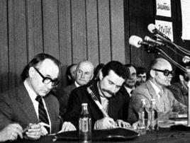 Podpisanie Porozumień Sierpniowych, Lech Wałęsa i Mieczysław Jagielski (fot. arch. PAP/Zbigniew Trybek)