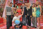 O zwycięstwie zespołu Kasi Zielińskiej przesądził pan Roman (z globusem) - niespodziewany bohater programu (fot. I.Sobieszczuk)