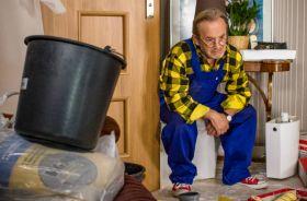 W łazience awaria, Jerzy wzywa fachowca. Pan Staszek nie jest jednak w formie (fot. W. Radwański/TVP) (c)